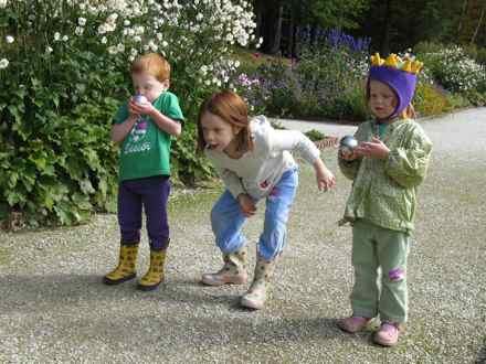 Children_with_petanque_balls